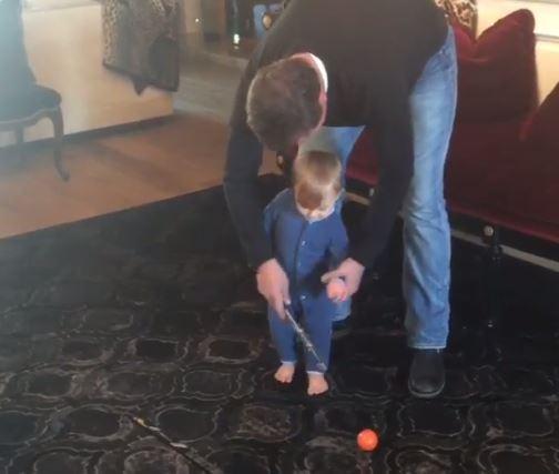 Se när Dustins son får en lektion av morfar Gretzky