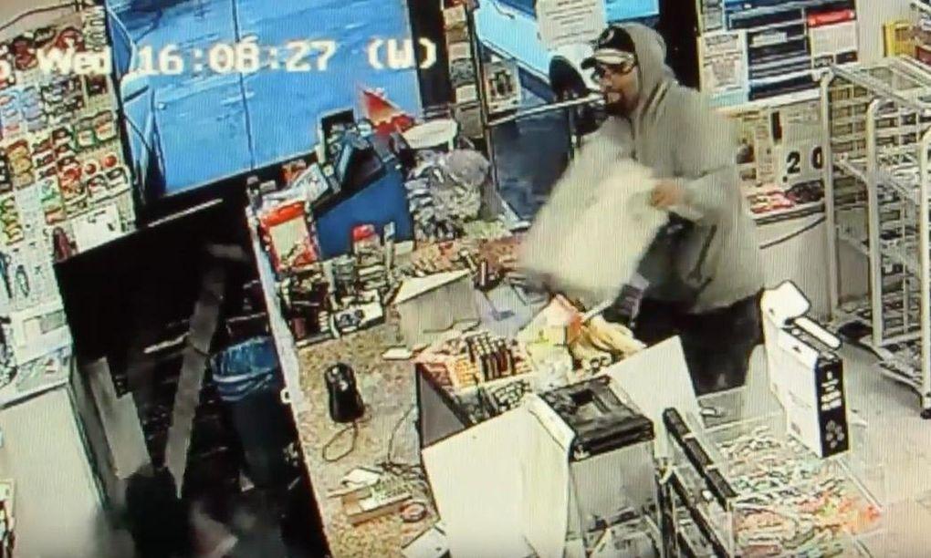 Ägaren försvarar sin butik – med en putter!