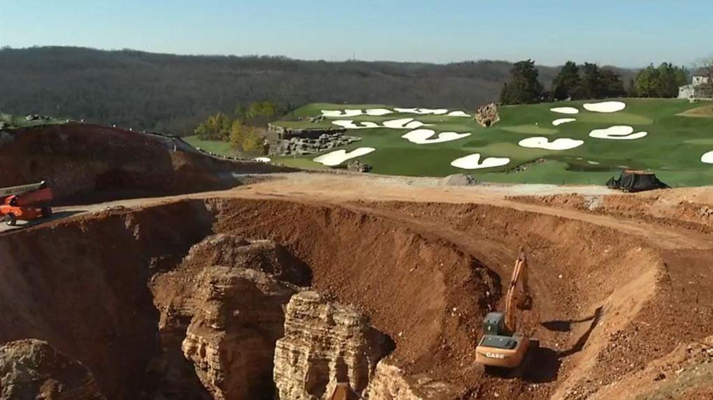 Se sjunkhålet som förstör golfbanan