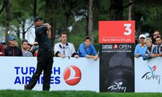 Se Tiger Woods spela i Turkiet under din golfsemester